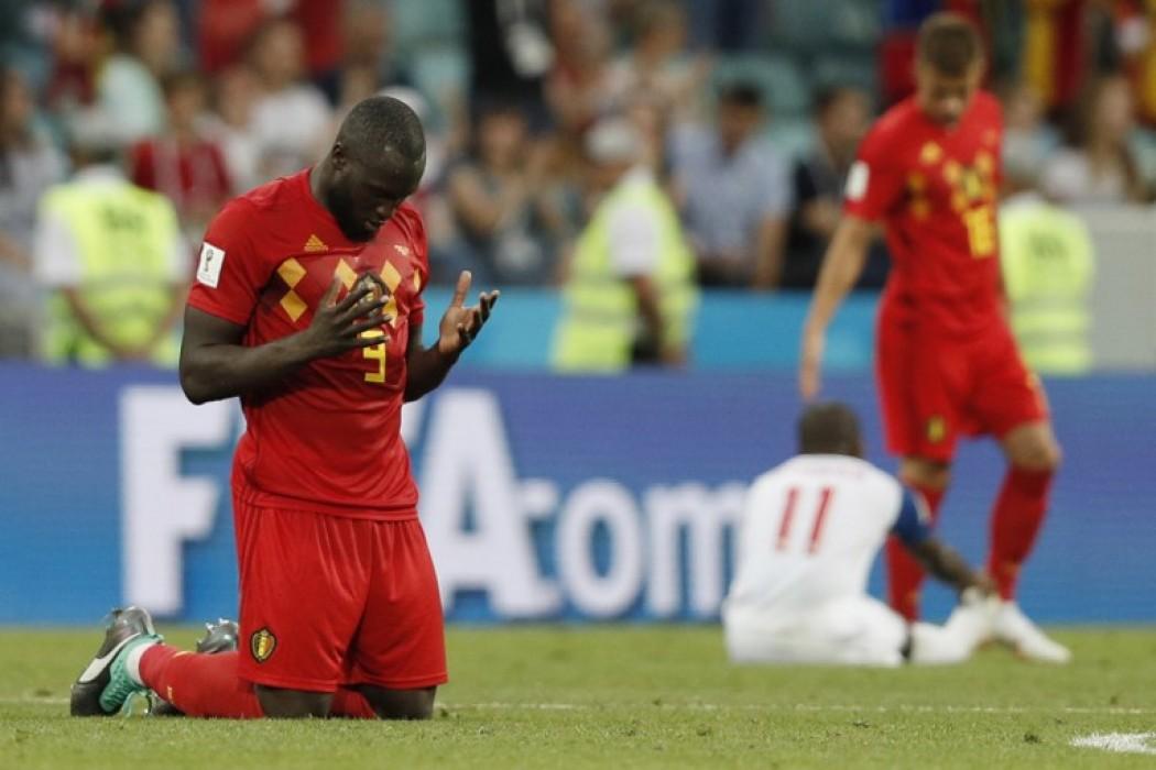 El belga Romelu Lukaku reza al término del partido contra Panamá  — Foto del dia | Del Sol 99.5 en el Mundial Rusia 2018