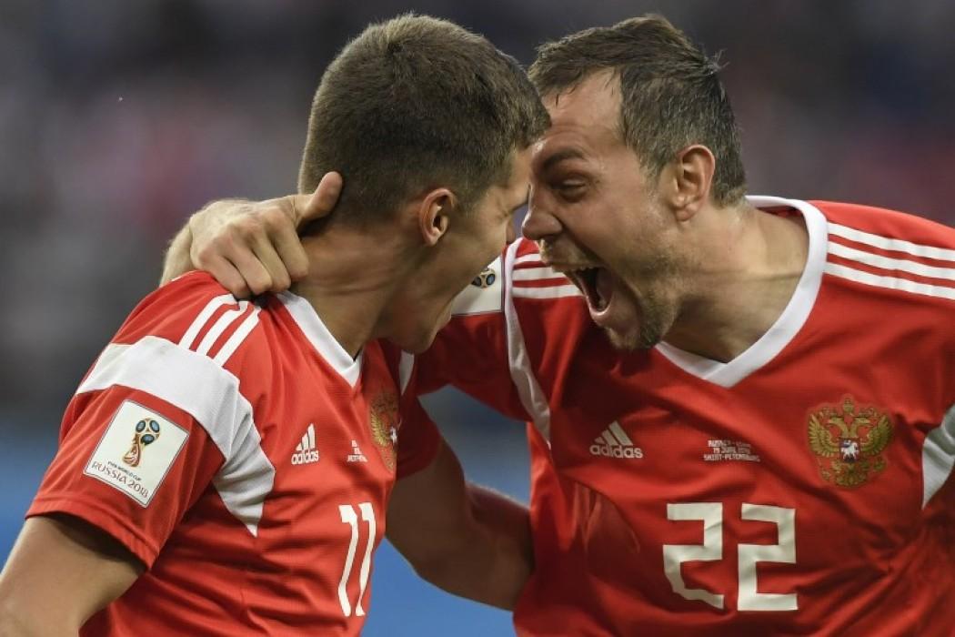 Los rusos Zobnin y Dzyuba festejan uno de los goles ante Egipto — Foto del dia | Del Sol 99.5 en el Mundial Rusia 2018