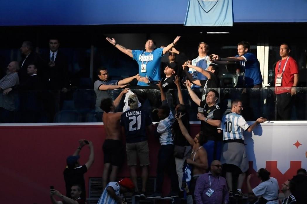 Diego Maradona celebrando la victoria argentina en la tribuna — Img | Del Sol 99.5 en el Mundial Rusia 2018