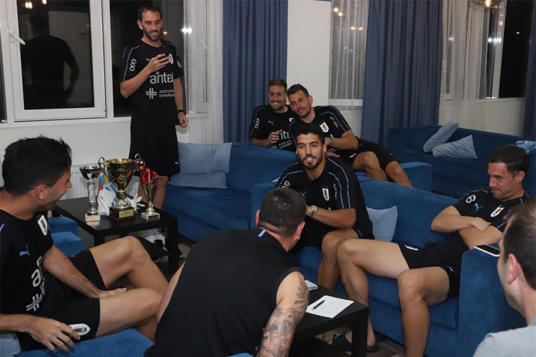 Los jugadores de Uruguay jugaron un campeonato de truco — Img | Del Sol 99.5 en el Mundial Rusia 2018