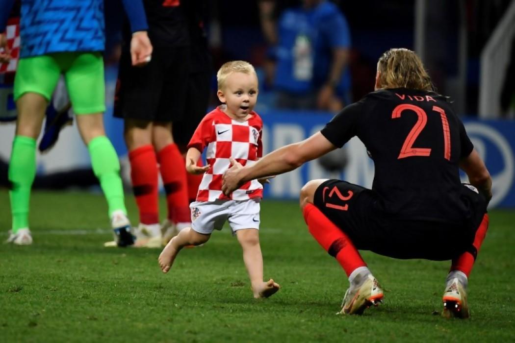 Vida celebra con su hijo la victoria ante Inglaterra — Foto del dia | Del Sol 99.5 en el Mundial Rusia 2018