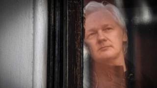Julian Assange fue detenido en Londres - Titulares y suplentes - DelSol 99.5 FM