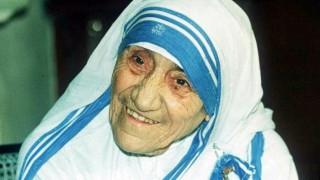 """La historia de Teresa de Calcuta, la Santa que considera que """"la paz comienza con una sonrisa"""" - Musas, mujeres que hicieron historia - DelSol 99.5 FM"""