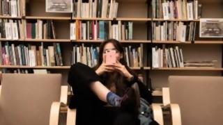 Tenés que salir por Zoom, tenés que mostrar tu biblioteca - El guardian de los libros - DelSol 99.5 FM