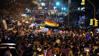 """Darwin pide que levante la mano el """"viejo bandido que se fue al desfile gay"""" - Columna de Darwin - DelSol 99.5 FM"""