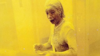 """Dos fotos icónicas del 11S: """"Dust Lady"""" y el hombre del maletín, por Stan Honda - Leo Barizzoni - DelSol 99.5 FM"""