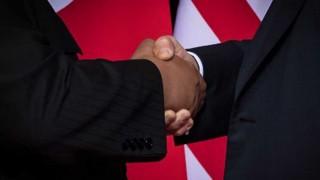El apretón de manos de Kim Jong Un y Donald Trump - La historia en anecdotas - DelSol 99.5 FM