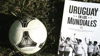 """El """"Profe"""" presentó """"Uruguay en los Mundiales"""" en la feria del libro en San José - Entrevistas - DelSol 99.5 FM"""