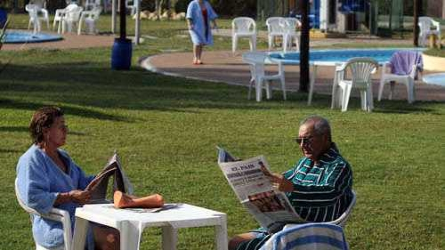 Tomar mate en la piscina, el doble placer de los uruguayos - Columna de Darwin - No Toquen Nada | DelSol 99.5 FM