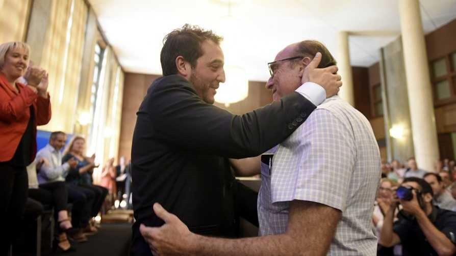 Los abrazos del amigui del intendente y la abogada regia de los chicos anti UPM - Columna de Darwin - No Toquen Nada | DelSol 99.5 FM
