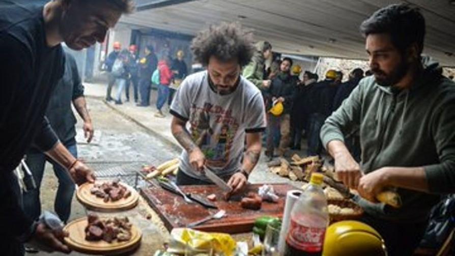Tema libre: pan mojado con el jugo de la tabla en un asado - Sobremesa - La Mesa de los Galanes | DelSol 99.5 FM