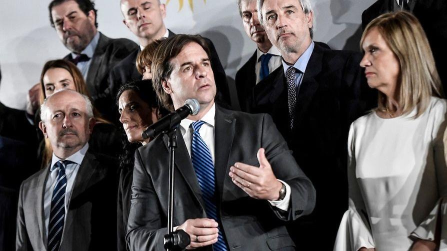 Darwin y el gabinete: las corbatas de Lacalle y el triunfo de Sanguinetti - Columna de Darwin - No Toquen Nada   DelSol 99.5 FM
