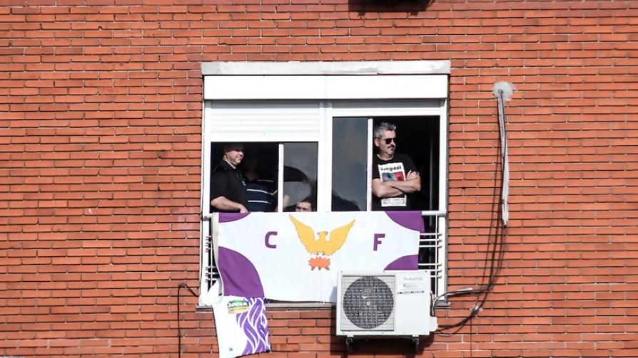 Una oyente vive en Sayago y quiere colgar en su balcón la bandera de Fénix (clásico rival de Racing), ¿qué hace?  - Sobremesa - La Mesa de los Galanes | DelSol 99.5 FM