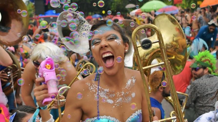 Los carnavales del mundo y lo aburrido del montevideano - La Charla - La Mesa de los Galanes | DelSol 99.5 FM