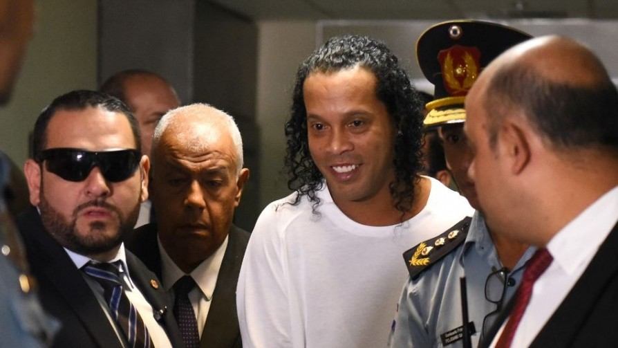 "Ronaldinho: del pasaporte falso al posible lavado con ""Fraternidad Angelical"" - Denise Mota - No Toquen Nada | DelSol 99.5 FM"