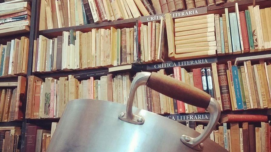 Un libro y un plato de comida  - El guardian de los libros - Facil Desviarse | DelSol 99.5 FM