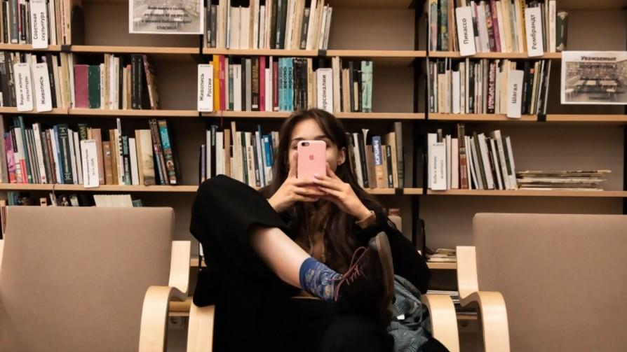 Tenés que salir por Zoom, tenés que mostrar tu biblioteca - El guardian de los libros - Facil Desviarse | DelSol 99.5 FM