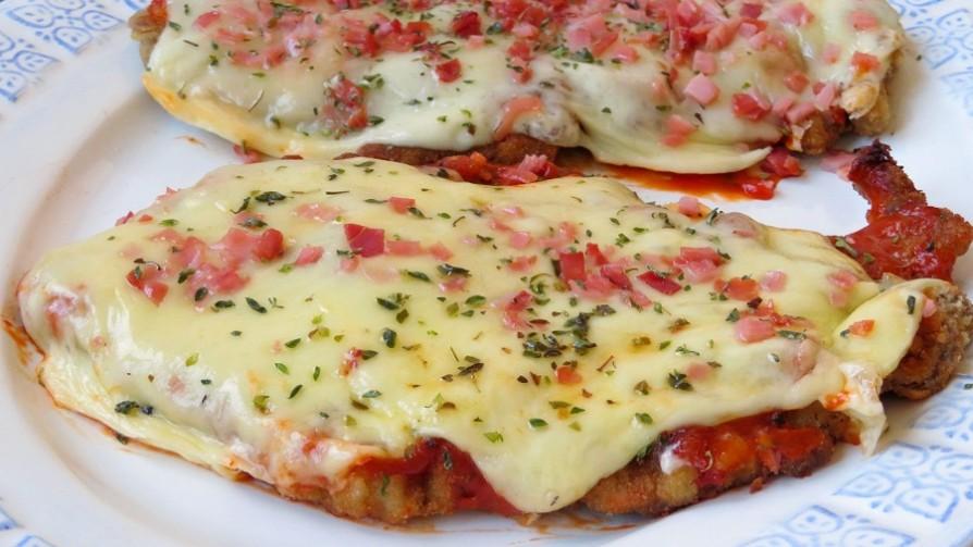 La salsa en la milanesa napolitana, ¿va antes o después de la muzzarella?  - Sobremesa - La Mesa de los Galanes | DelSol 99.5 FM