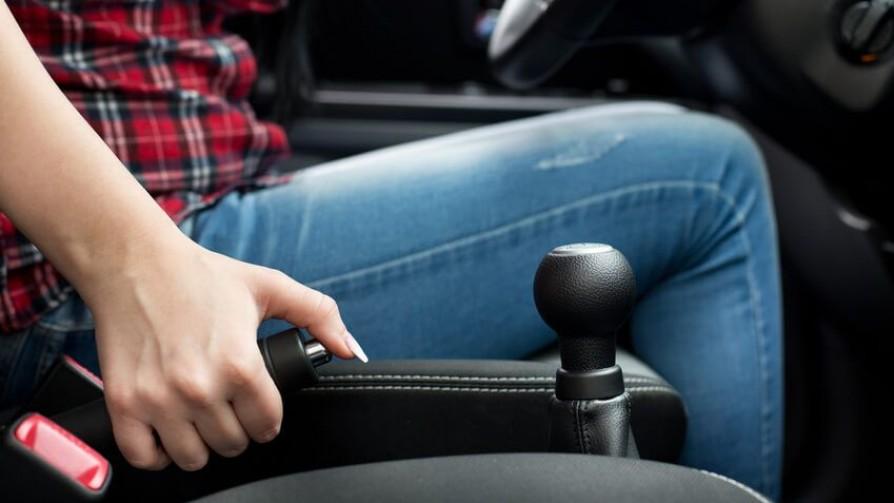 Al estacionar, ¿freno de mano y cambio puesto o solo freno de mano? - Sobremesa - La Mesa de los Galanes | DelSol 99.5 FM