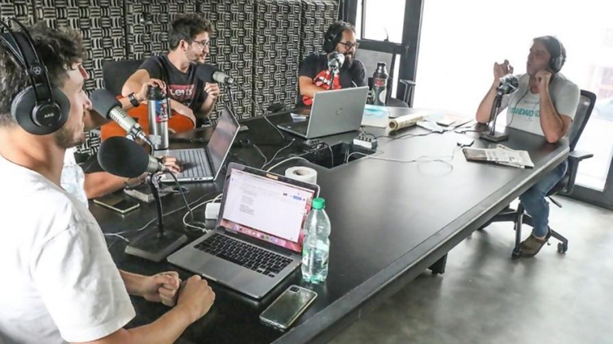 Rafa Cotelo critíca duramente a Gonzalo Delgado por dar clases de guitarra - Bombitas amarillas - La Mesa de los Galanes   DelSol 99.5 FM