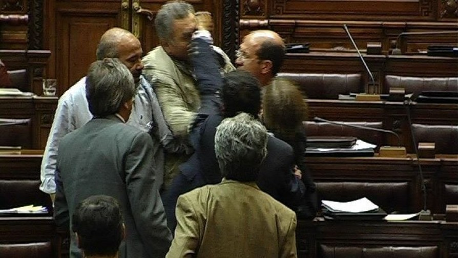 El día que Lacalle Pou se agarró a las piñas en el Parlamento - Carne con Ojos - Facil Desviarse | DelSol 99.5 FM