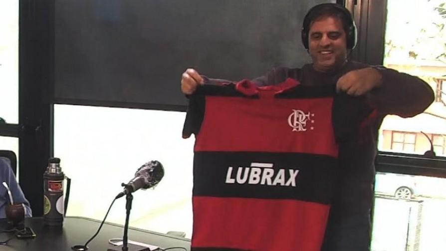 Maxi Guerra trajo camisetas retro de regalo para Rafa y Piñe - La Charla - La Mesa de los Galanes   DelSol 99.5 FM