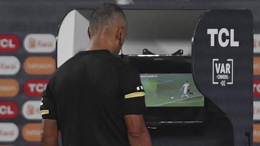 El VAR y sus distintas adaptaciones al fútbol - A la cancha - 13a0   DelSol 99.5 FM