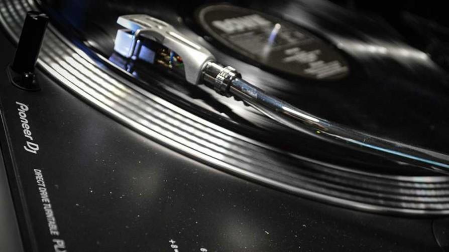 Tarde de vinilos con Martín Rivero - Tarde de vinilos - Facil Desviarse | DelSol 99.5 FM
