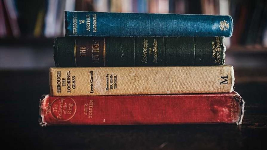 La puñalada literaria - El guardian de los libros - Facil Desviarse | DelSol 99.5 FM
