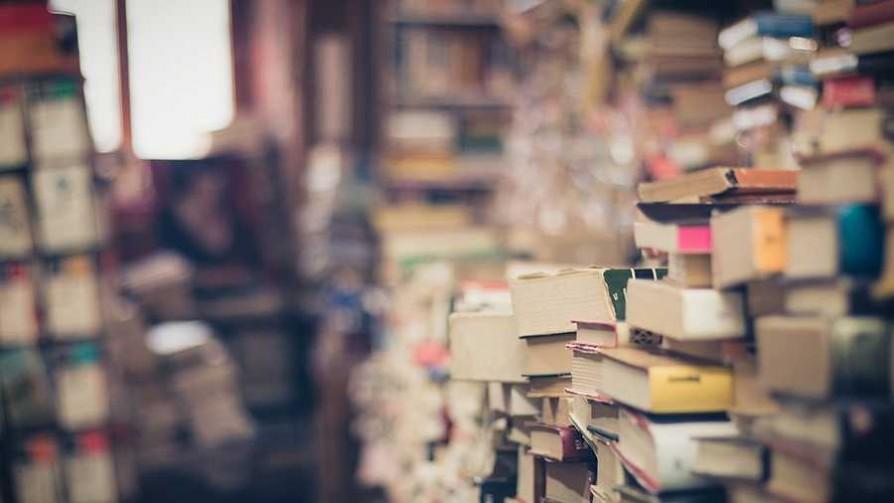 Rayar libros, ¿humanismo o sacrilegio?  - El guardian de los libros - Facil Desviarse | DelSol 99.5 FM