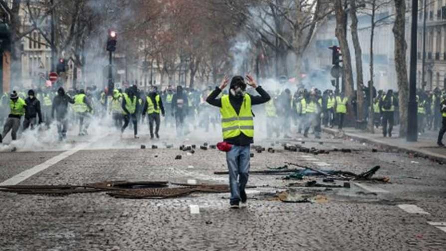 """En Francia hay una """"cultura de salir a la calle a protestar"""" - Audios - Facil Desviarse   DelSol 99.5 FM"""